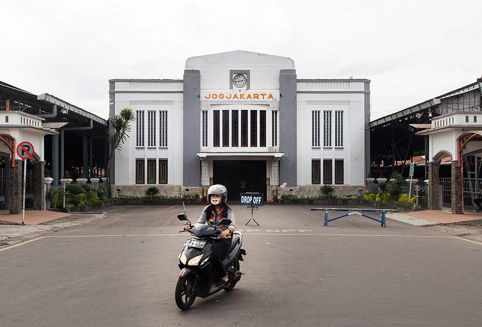 Fabian Fröhlich, Jogja, ꦔꦪꦺꦴꦒꦾꦏꦂꦠ, Stasiun Yogyakarta
