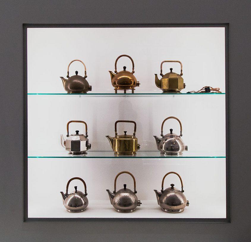 Fabian Fröhlich, Berlinische Galerie, Ausstellung original bauhaus, Peter Behrens, Entwurf für elektronische Tee- und Wasserkessel der Allgemeinen Electricitäts-Gesellschaft (AEG)