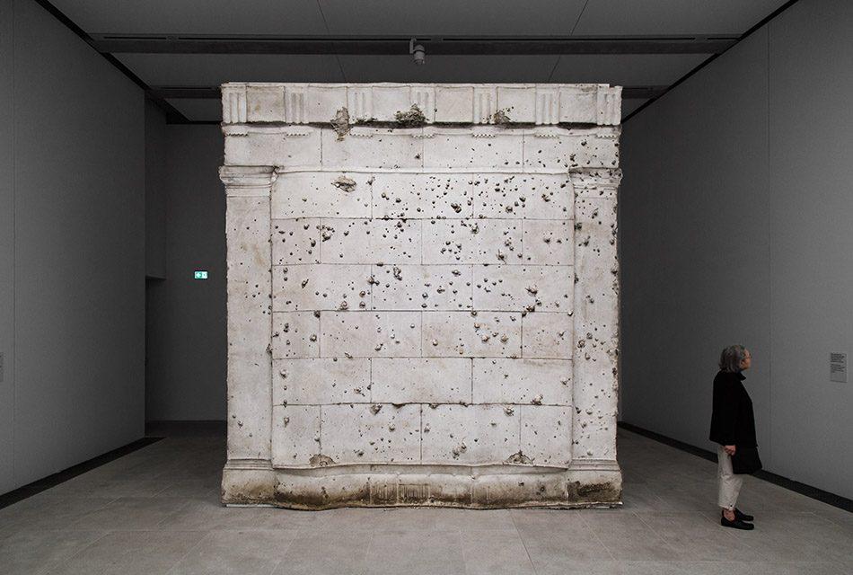 Ausstellung Nah, am Leben, 200 Jahre Gipsformerei, James-Simon-Galerie, Asta Gröting, Mausoleum, from the series Berlin Fassaden