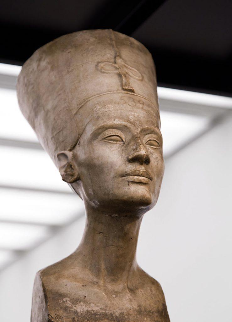 Ausstellung Nah, am Leben, 200 Jahre Gipsformerei, James-Simon-Galerie, Gipsabguss der Nofretete