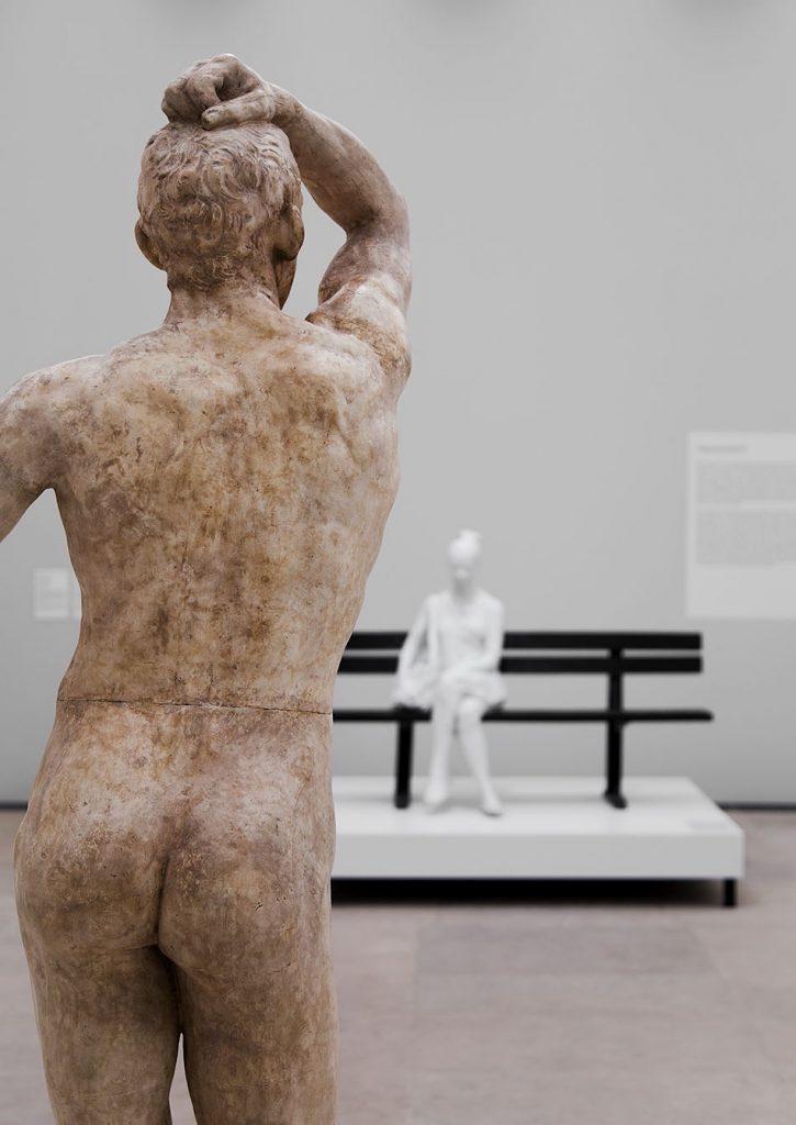 Ausstellung Nah, am Leben, 200 Jahre Gipsformerei, James-Simon-Galerie, Auguste Rodin, Das eherne Zeitalter; George Segal, Woman on Park Bench