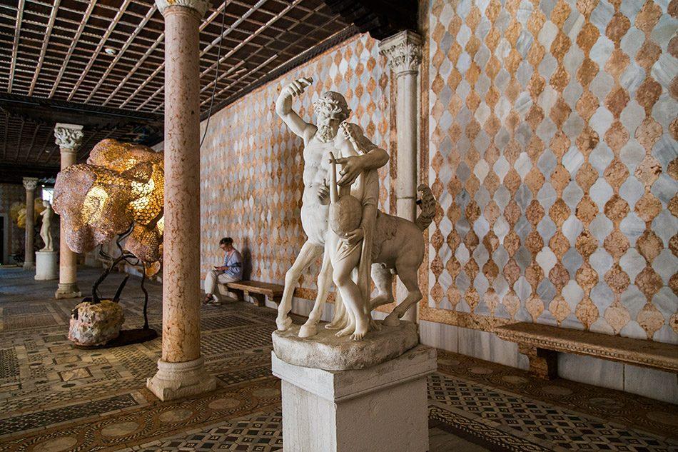 Fabian Fröhlich, Venedig, Galleria Giorgio Franchetti alla Ca' d'Oro, Galleria Giorgio Franchetti alla Ca' d'Oro, Statue of Chiron and Achilles / Nacho Carbonell, Light Mesh Series