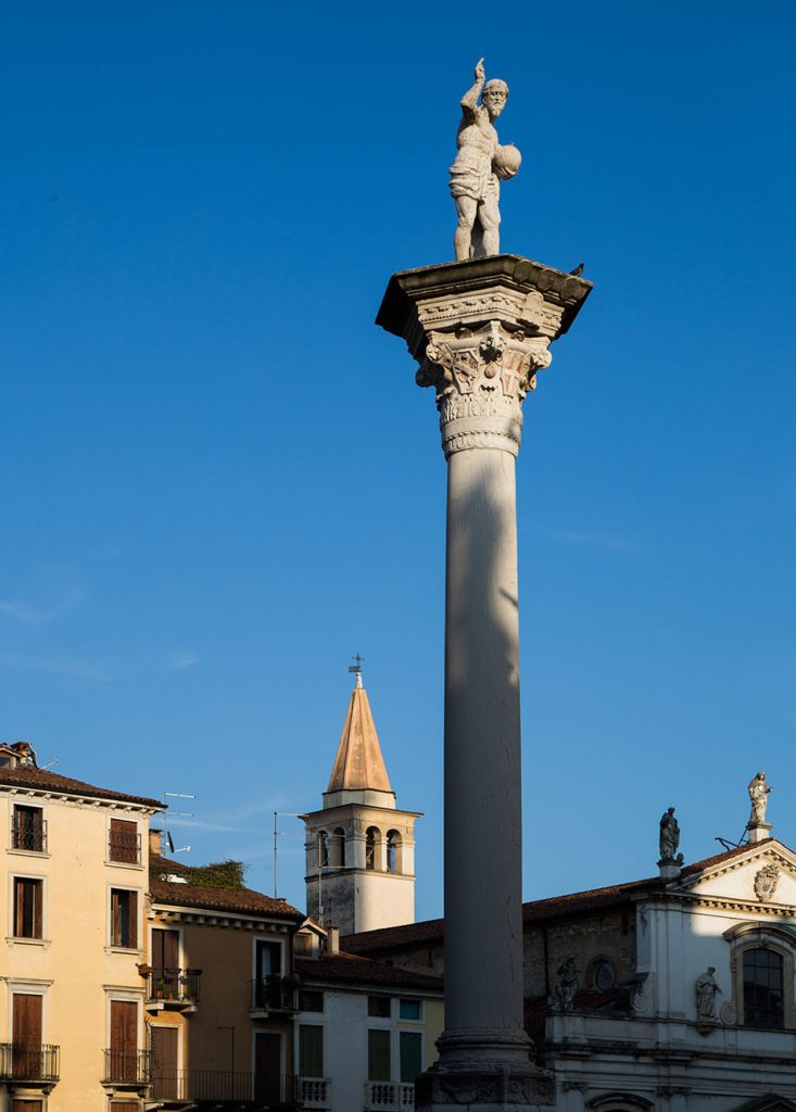 Fabian Fröhlich, Vicenza, Pillar with Christ the Redeemer at Piazza dei Signori