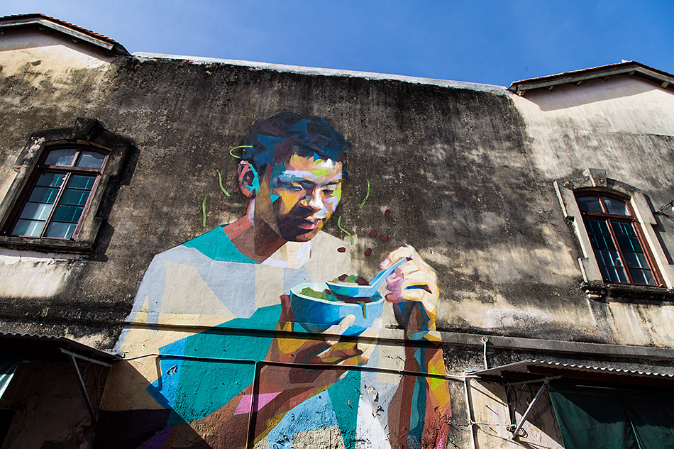 Fabian Fröhlich, Penang, George Town, Having a bowl of cendol, mural by Emmanuel Jarus