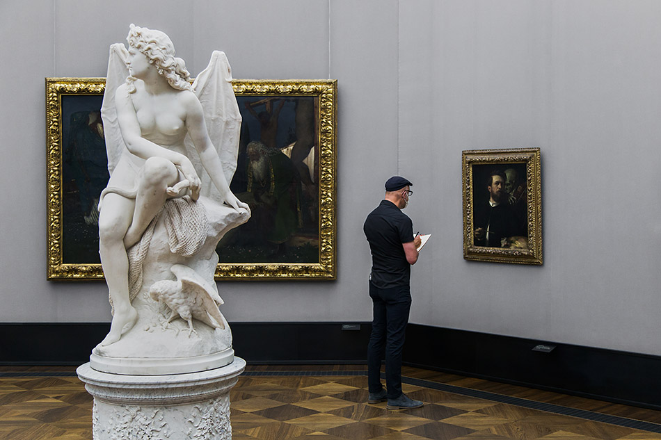 Berlin, Museen und Corona, Reinhard Kleist vor Böcklins Selbstporträt mit fiedelndem Tod in der Alten Nationalgalerie