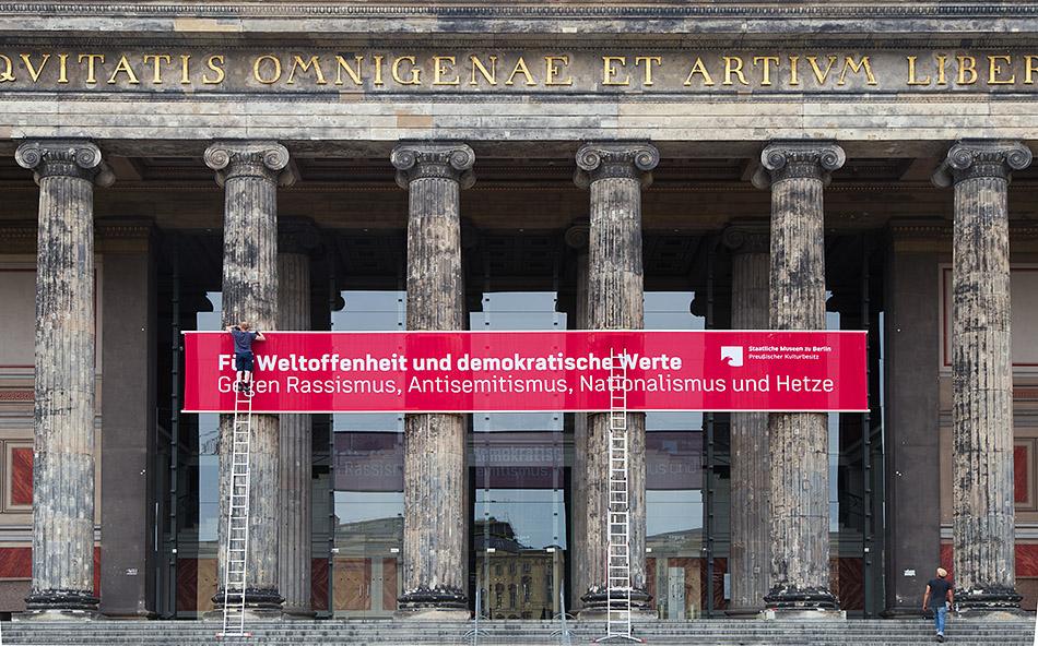 Berlin, Museen und Corona, Banner am Alten Museum: Für Weltoffenheit und demokratische Werte. Gegen Rassismus, Antisemitismus, Nationalismus und Hetze