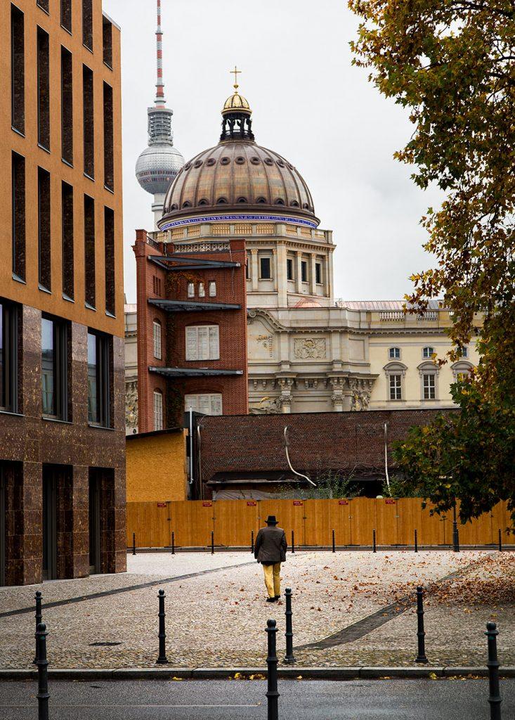 Berlin, Museen und Corona, Blick von der Friedrichswerderschen Kirche zur Musetrecke der Bauakademie und Humboldt Forum