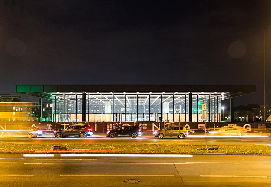 Berlin, Neue Nationalgalerie nach der Sanierung bei Nacht