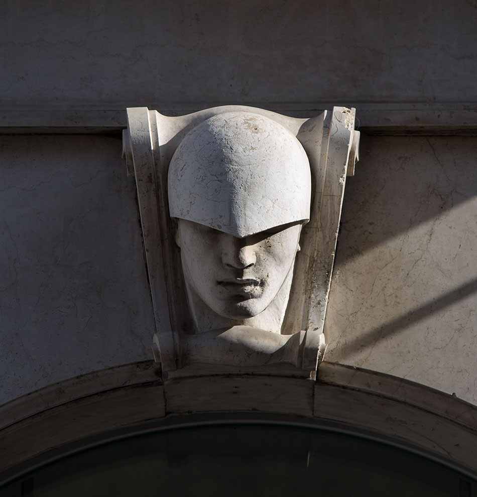 Fabian Fröhlich, Brescia, Keystone at a building on Corso Palestro